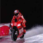 氷上(氷上でドカを走らせてる写真