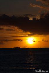 夕日と客船 北谷町砂辺
