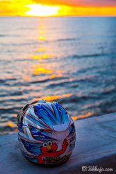 夕日とヘルメット