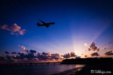 瀬長島 那覇空港に着陸する飛行機